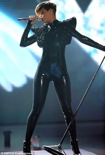 rihanna rockstar outfit american idol 415x610 Rihanna   Rockstar 101 (Videoclip)