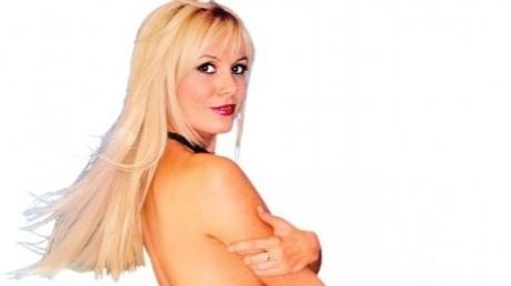 dana savuica goala1 459x800 18178200 Dana Savuica se gandeste sa pozeze in Playboy
