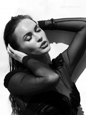 Megan Fox - bomba sexy in alb-negru