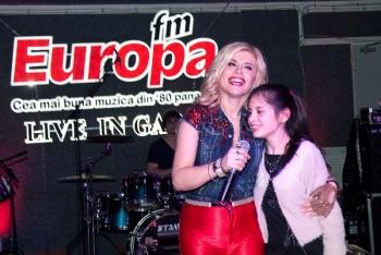 Loredana a cântat alături de fiica ei Elena în Garajul Europa FM www.vedetepenet.ro