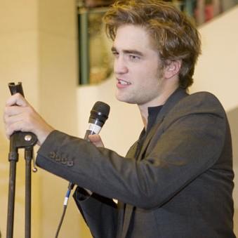robert pattinson  e1305724606690 Ascultaţi l pe Robert Pattinson cântându şi propria creaţie muzicală