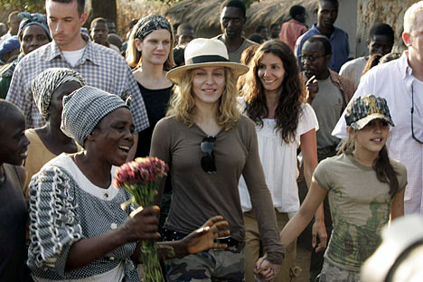 Madonna malawi Madonna doreşte să construiscă un orfelinat pentru 1000 de copii în Malawi