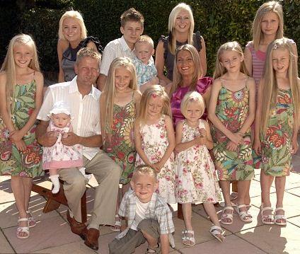 familie cu 14 copii.www .vedetepenet.ro  Are 14 copii și trăiește din ajutor social.