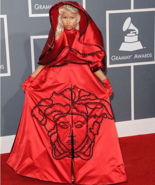 gafe vestimentare1.www .vedetepenet.ro  496x590 Cele mai ciudate apariții de la Premiile Grammy 2012