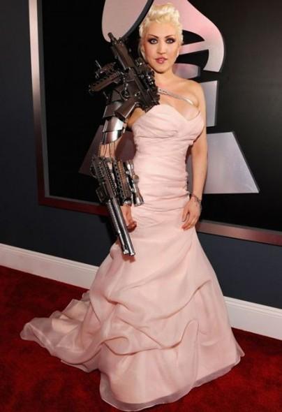 gafe vestimentare2.www .vedetepenet.ro  404x590 Cele mai ciudate apariții de la Premiile Grammy 2012