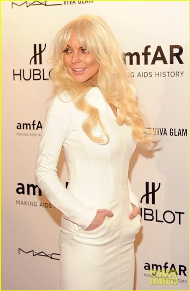 lindsay lohan aparitie soc covorul rosu www.vedetepenet.ro  Lindsay Lohan, apariţie şocantă pe covorul roşu