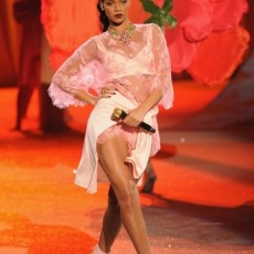 Rihanna victorias secret fashion show performances vedetepenetro 230x230 Rihanna, Justin Bieber și Bruno Mars pe aceeaşi scenă