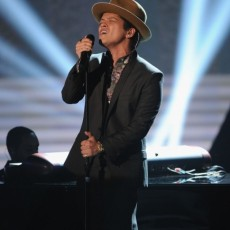 bruno-mars-victorias-secret-fashion-show-vedetepenetro