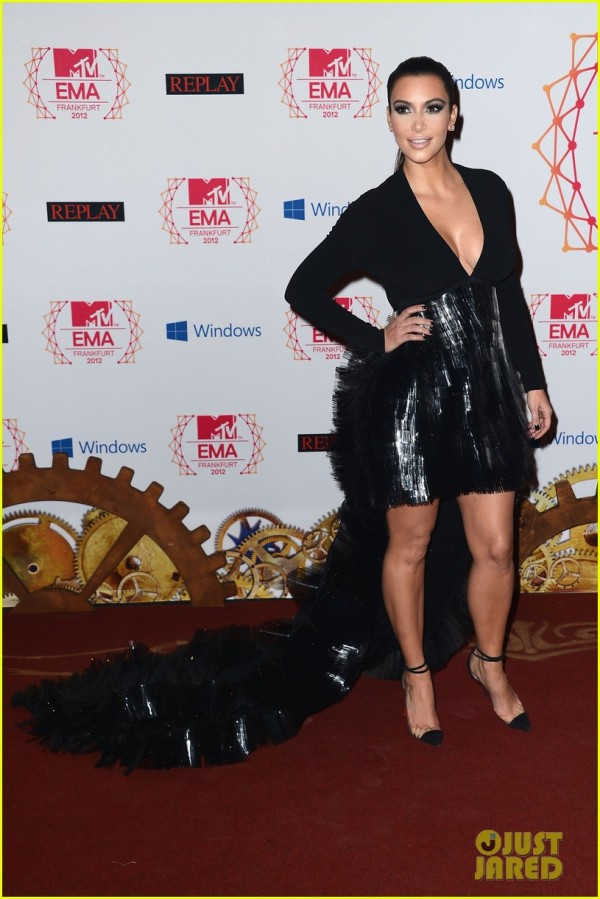 Kim Kardashian s-a împiedicat pe scena MTV EMA 2012 - vedetepenet.ro