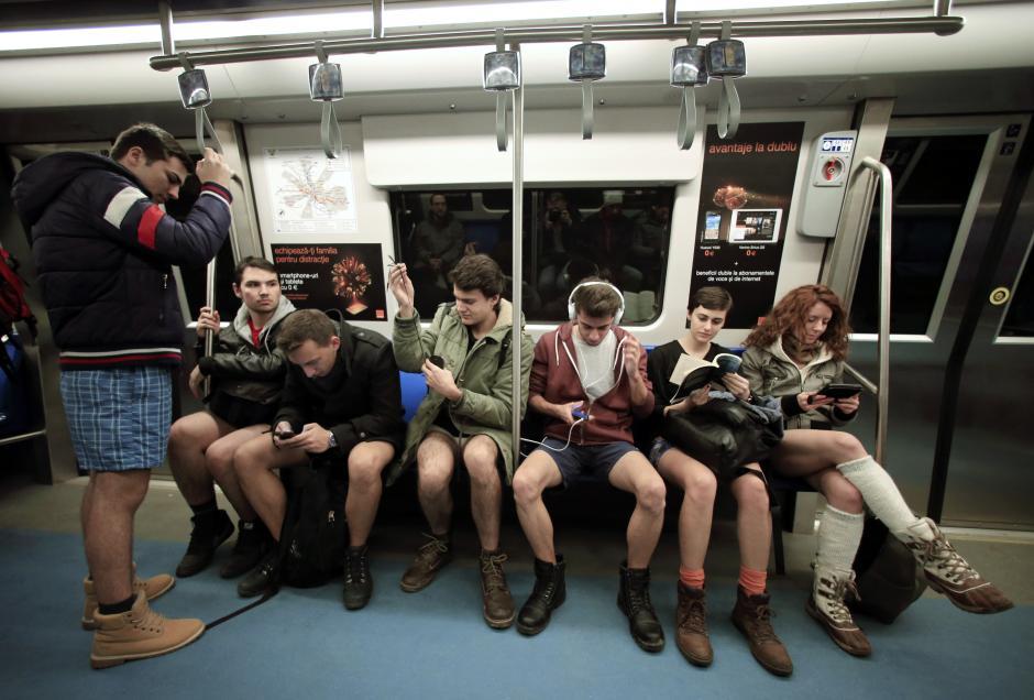 1 12 15 no pants 3Bucuresti Vedeteonline.ro  Calatoria anuala fara pantaloni in metrou
