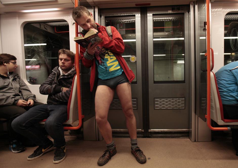 1 12 15 no pants 4Praga Vedeteonline.ro  Calatoria anuala fara pantaloni in metrou