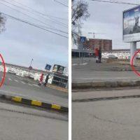 Imagini Fenomenul ZOMBIE a ajuns si la Oradea. Trei tineri i-au ingrozit pe oameni pe o strada din oras  VIDEO