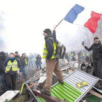 Imagini Guvernul francez renunta la majorarea taxei pentru carburanti dupa protestele violente din tara
