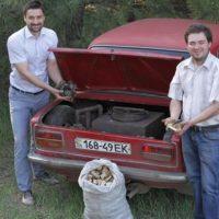 Imagini Soferii din Ucraina si-au construit masini care functioneaza pe lemne GALERIE FOTO