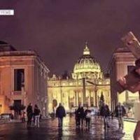 Imagini Fotomodelul Playboy,  Marisa Papen, a fost retinuta dupa ce a pozat nud pe strazile de la Vatican  FOTO