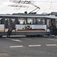 Imagini Bucuresti 2019 : Tramvai impins de calatori, in mijlocul intersectiei VIDEO